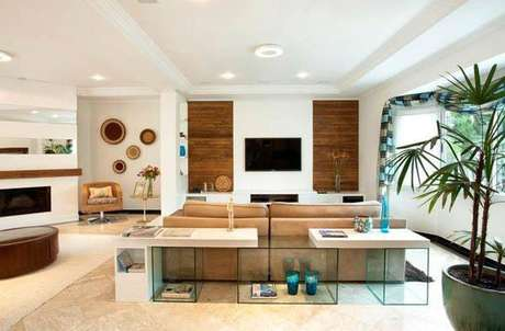 8. Aqui, o painel para TV branco faz um contraste no ambiente e deixa a sala muito elegante. Fonte: Pinterest