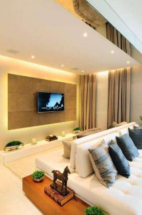 11. Outro ângulo mostrando como o painelpara TVem volta parece muito mais elegante. Projeto de Quitete Faria