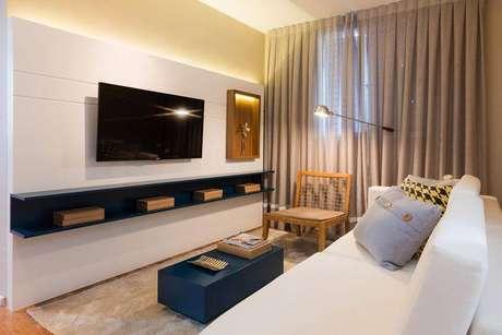 5. Painel para TV branco é perfeito para pequenos ambientes e combina com televisões de todas as polegadas. Projeto de Sesso Dalanezi