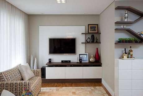 15. Salas pequenas também podem usar um painel para TV, independentemente do número de polegadas da TV. Projeto de Sartori Design