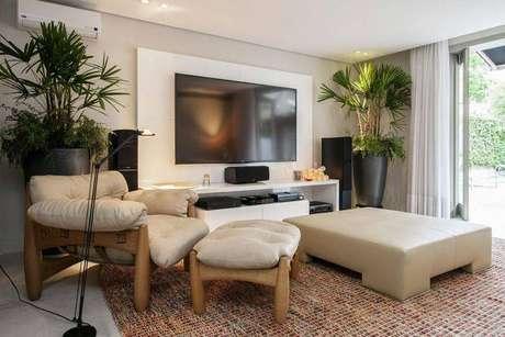 16. Painel para TV branco e discreto é elegante para qualquer ambiente. Projeto de Deborah Basso
