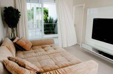 19. Uma sala de estar clean merece um painel para TV discreto. Projeto de Juliana Pippi