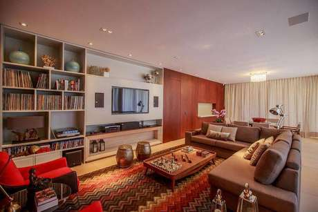 20. Marcenaria planejada com painel para TV e home theater deixou a sala linda. Projeto de WT Studio