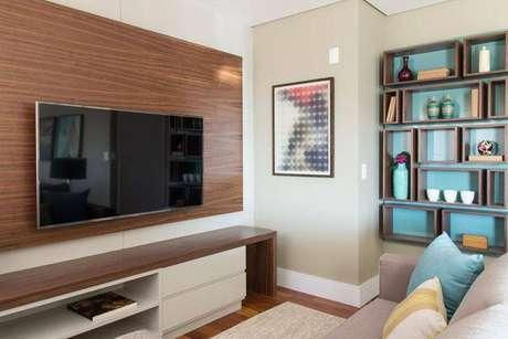 25. O painel para TV em madeira é muito agradável no ambiente. Projeto de Marilia Veiga