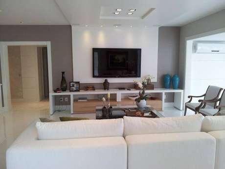 26. O painel para TV branco e integrado ao teto dá a sensação que o ambiente é maior. Projeto de Lucio Nocito