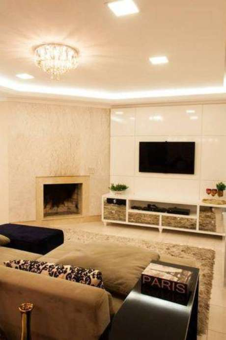 27. Você pode encomendar um painel para TV planejado, principalmente se o seu projeto incluir um home theater. Projeto de Graziela Von Muhlen