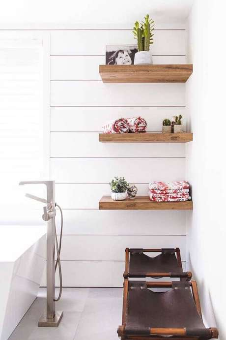 10. As prateleiras de madeira podem ser usadas em todos os ambientes – Foto: Pinterest