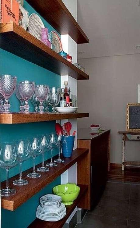 11. Aproveite prateleiras de madeira para organizar um barzinho em casa – Foto: Pinterest