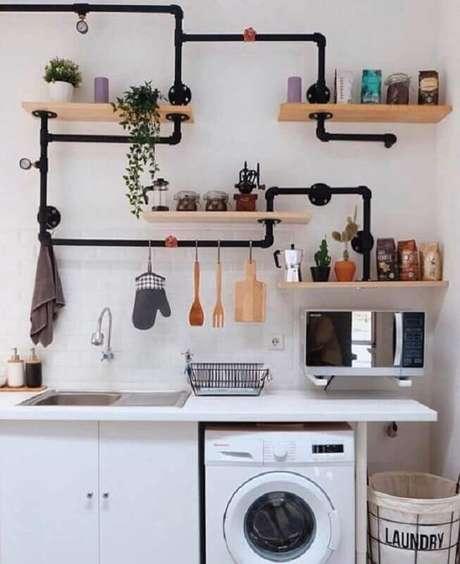 14. Cozinha decorada com suporte para prateleira de madeira feito em cano de PVC – Foto: Pinosy