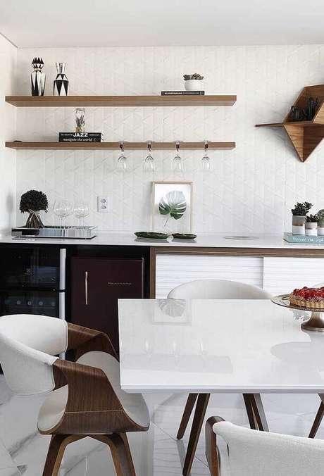 16. Decoração clean com prateleira de madeira para cozinha – Foto: Mauricio Gebara Arquitetura