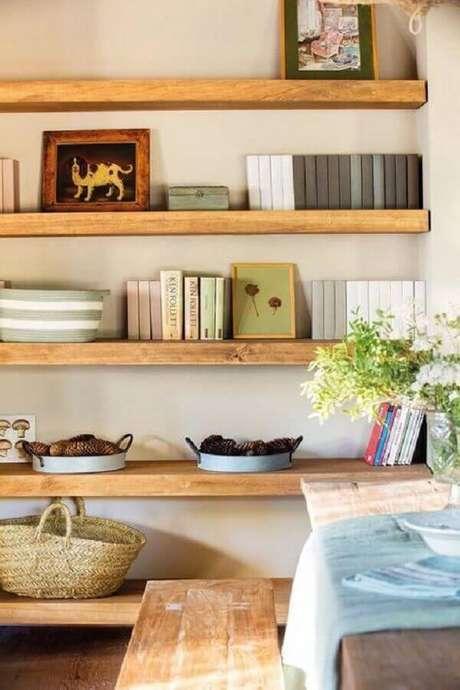 1. A prateleira de madeira é um item fácil de instalar e super charmoso na decoração – Foto: Appartamenti Affitto Madesimo