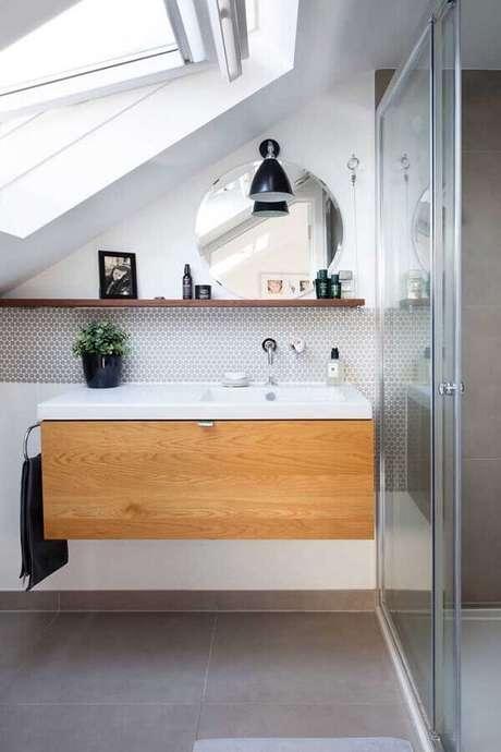 19. Decoração com prateleira de madeira para banheiro – Foto: Barbara J. Waters