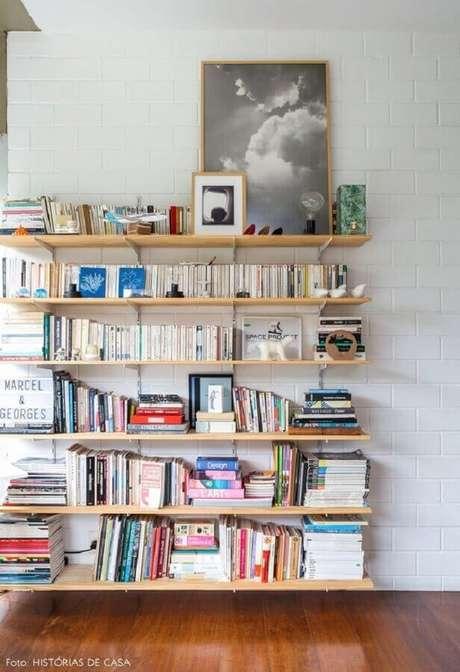 20. Decoração com prateleira de madeira para livros – Foto: Histórias de Casa
