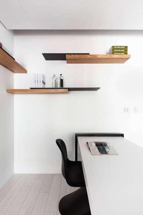 22. Decoração moderna para escritório com prateleiras de madeira – Foto: Pinterest