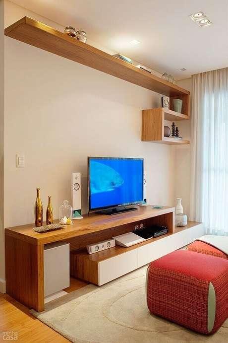 6. Decoração em tons neutros com prateleira de madeira para sala – Foto Decostudio