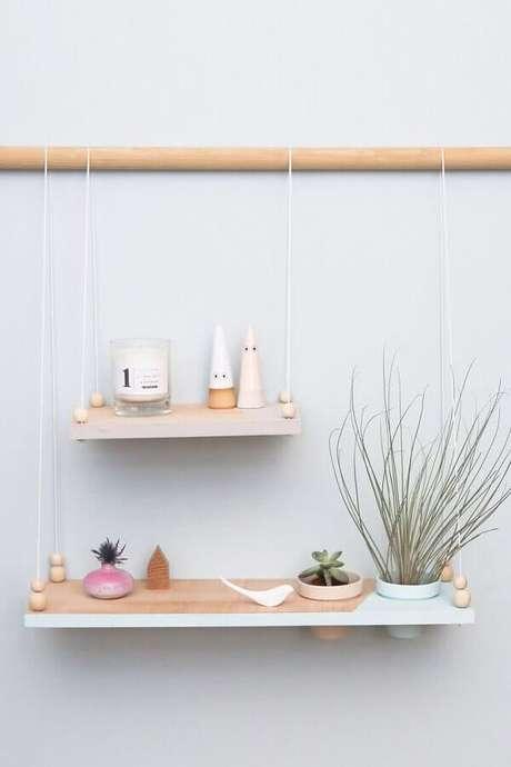 23. Decoração minimalista com prateleira de madeira – Foto: Design D'intérieur