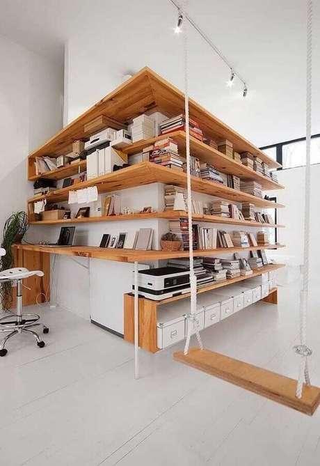 9. Decoração com prateleiras de madeira para ambiente clean – Foto: Pinosy