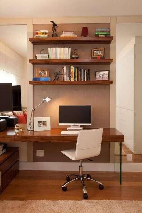 24. O home office pode ficar muito mais organizado utilizando prateleiras de madeira – Foto: Studio Novak