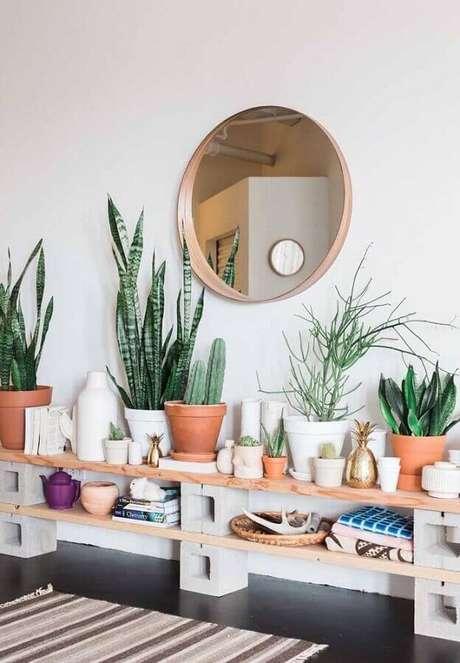 26. Prateleiras de madeira são ótimas para apoiar vasos de plantas na decoração – Foto: Apartment Therapy