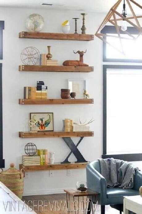 25. Decoração simples com prateleiras de madeira – Foto: Vintage Revivals