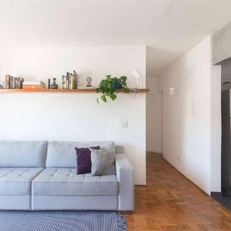 7. Decoração clean com prateleira de madeira para sala – Foto: INÁ Arquitetura