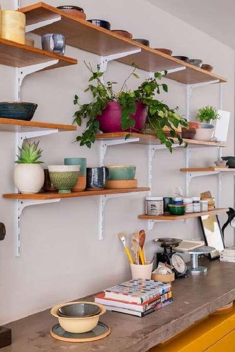 28. Há diversos modelos de suporte para prateleira de madeira no mercado – Foto: Casa de Valentina