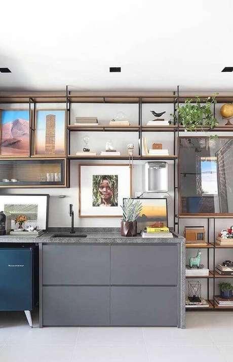 31. Decoração com estante moderna com prateleiras de madeira – Foto: Apartment Therapy