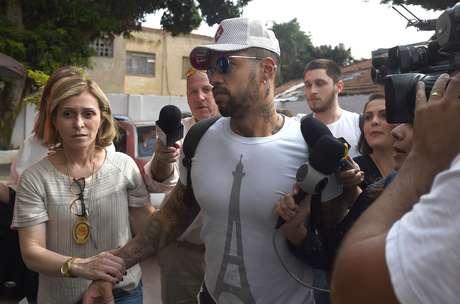 Carlos Henrique chega na 6ª Delegacia da Mulher para prestar depoimento sobre o caso Neymar