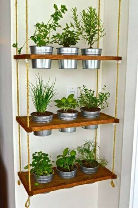 5. Invista na prateleira de madeira para cozinha e elabore uma charmosa horta – Foto Pinterest