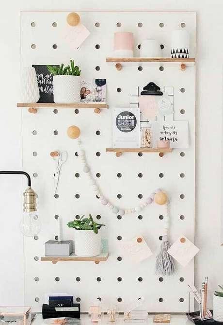 34. O painel também pode ser decorado com pequenas prateleiras de madeira – Foto: Pinosy