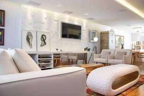 58. Painel para TV em sala predominantemente branca. Projeto de Magen Cimentícios