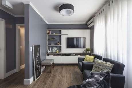62. Painel para TV branco com prateleiras cinzas. Projeto de Modi Arquitetura