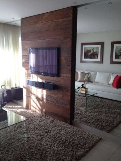 46. Painel para TV feito de madeira rústica com espelhos aos lados. Fonte: Pinterest