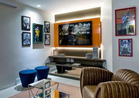 52. Painel para TV em vidro laranja com um visual bem moderno. Projeto de Milla Holtz