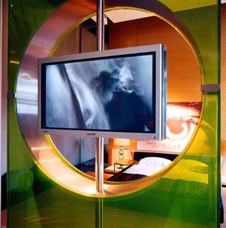 57. Painel para TV giratório verde de acrílico. Projeto de Brunete Fraccaroli
