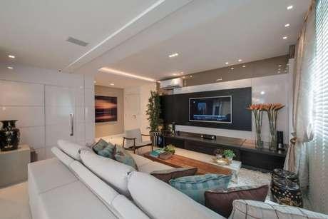 61. Painel para TV na cor preto com branco para sala ampla. Projeto de Actual Design