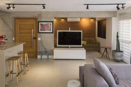 54. Painel para TV rotativo, ótimo para ser usado em salas integradas. Projeto de Galpão Design