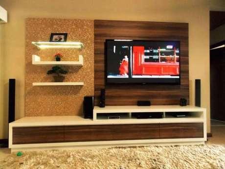 2. Painel para TV com tons amadeirados e prateleiras com luz de LED. Fonte: Pinterest
