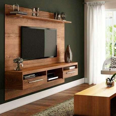1. Painel para TV com acabamento amadeirado. Fonte: Mobly