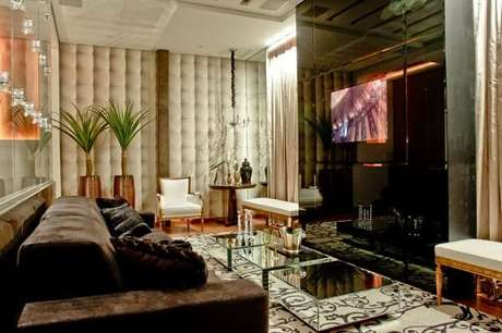 67. Painel para TV com vidro espelhado. Fonte: Decor Salteado