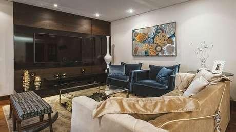 45. Painel para TV escuro deixando o ambiente mais sofisticado. Projeto por Daniela Gradella