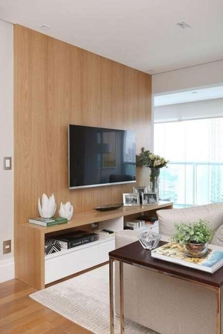 31. Painel para TV em madeira deixou a sala aconchegante. Projeto por Danyela Correa