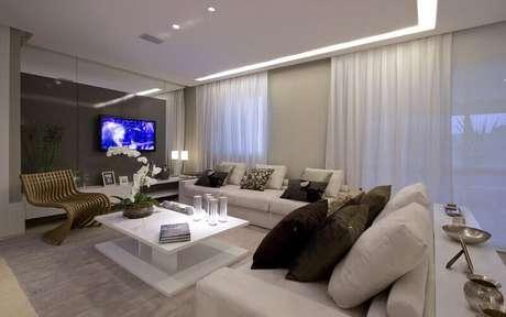 32. Sala de estar com painel para TV e decoração contemporânea e elegante. Fonte: Pinterest