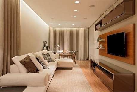 14. O painel para TV suspenso feito de madeira deixa o ambiente aconchegante. Projeto de LEDS Arquitetura