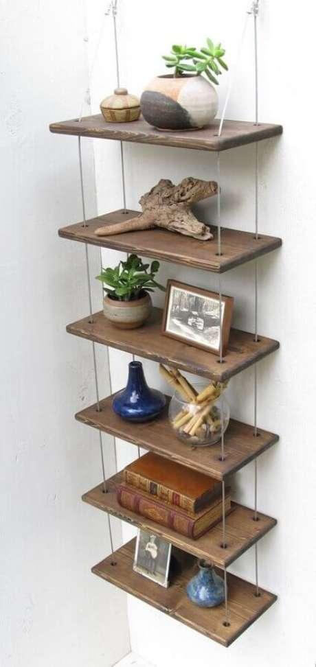 36. Prateleiras de madeira podem ser decoradas de muitas formas – Foto: Pinterest