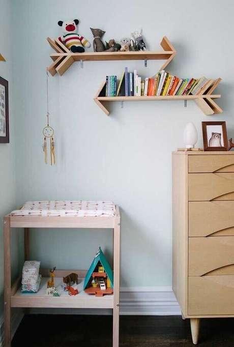 37. Decoração para quarto de bebê com prateleira de madeira em formato de flecha – Foto: Homedit