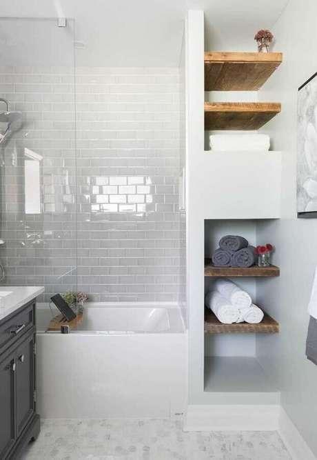 38. Prateleira de madeira para banheiro decorado todo branco – Foto: Home4you