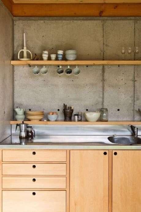 41. Decoração com prateleira de madeira para cozinha com parede de cimento queimado – Foto: Spacecraft Architects