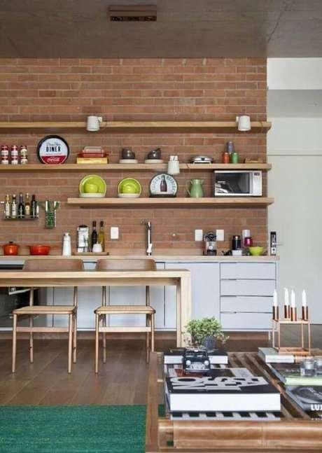 42. A prateleira de madeira é um elemento muito útil para a organização da cozinha – Foto: Dressler Imóveis