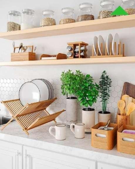 4. Decoração clean com prateleira de madeira para cozinha – Foto: Leroy Merlin